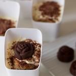 Bicchierini di tiramisù alla ricotta con pralina di cioccolato